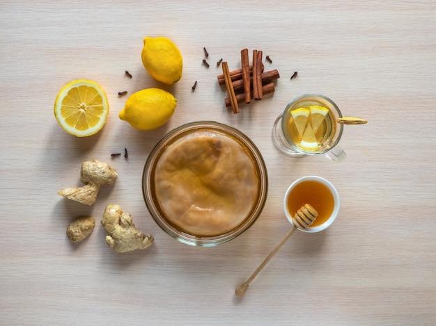 Fungo kombucha com raiz de gengibre, mel e limão.