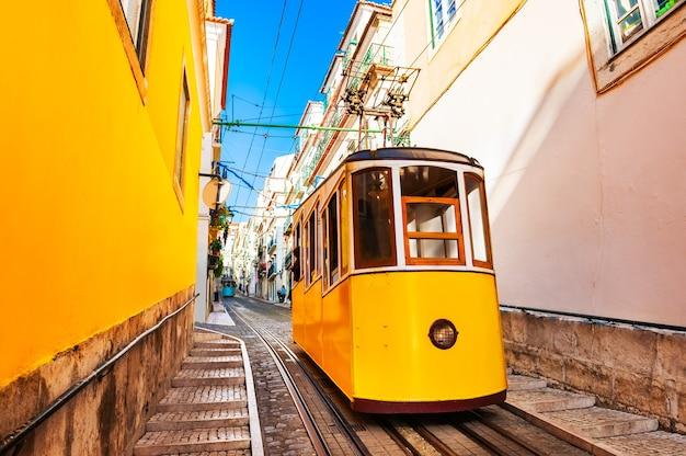 Funicular amarelo na ferrovia em lisboa, portugal. destino de viagem famoso
