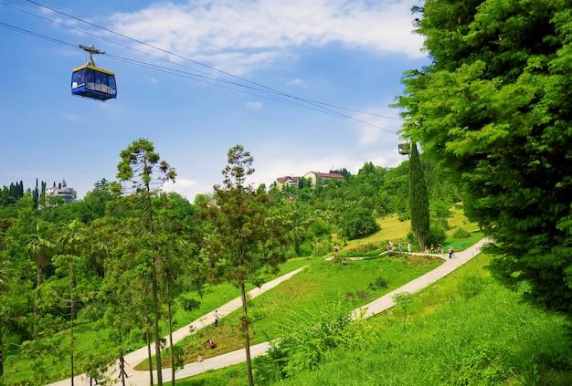 Funicular no parque tropical - arboreto, cidade de sochi - capital dos jogos olímpicos de 2014, rússia