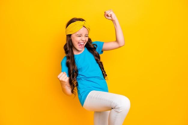 Funky alegre louca garotinha comemora alegria vitória