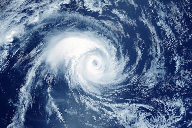 Furacão vindo do espaço. o ciclone atmosférico. elementos desta imagem fornecidos pela nasa