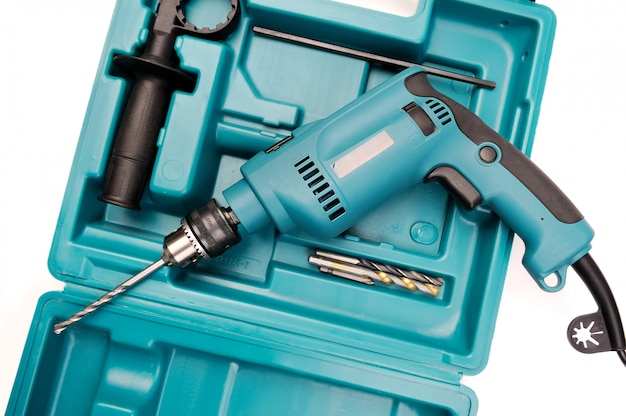 Furadeira elétrica em uma caixa de ferramentas