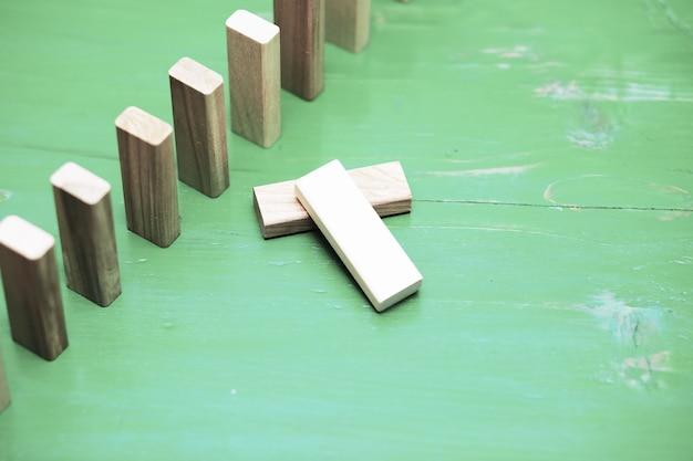 Furar o bloco de madeira em pé sobre blocos de madeira quadrados empilhados, fundo abstrato no conceito de vitória, sucesso, desafio, passo para a posição superior.