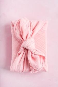 Furoshiki - técnica asiática de presentes embrulhados em tecido. o pano de linho é tradicionalmente usado para transportar presentes.