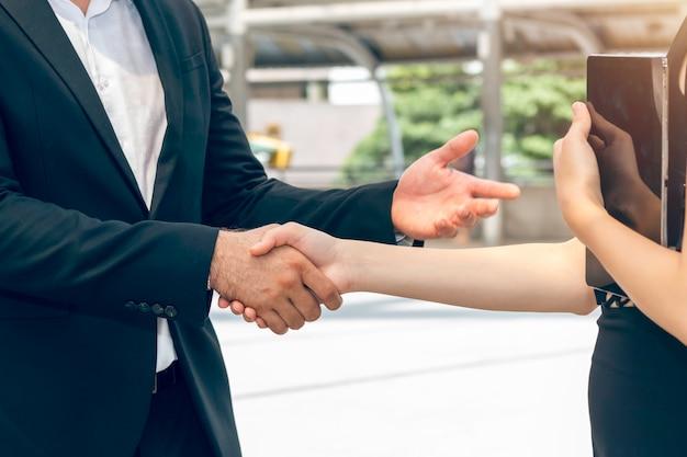Fusão e aquisição. gerente aperto de mão caucasiano empresário com parceria de mulher.