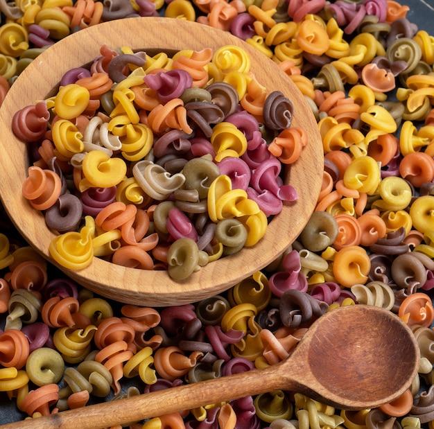 Fusilli de massa crua espiral multicolorida