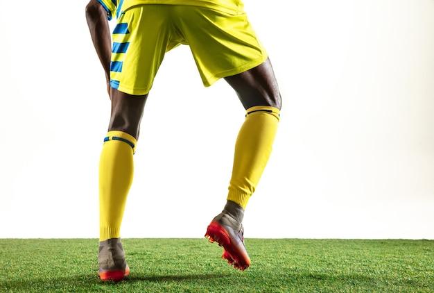Futebol americano afro-americano profissional ou jogador de futebol do time amarelo em movimento
