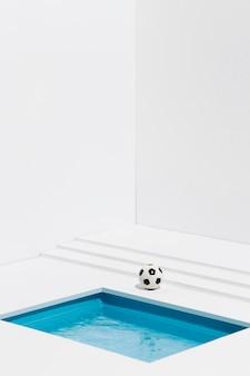 Futebol ao lado da pequena piscina