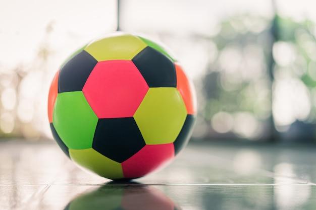 Futebol colorido na sala das crianças.