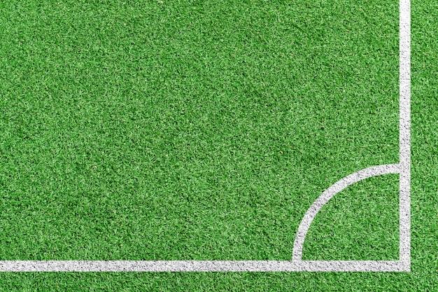 Futebol de grama vista superior na posição de chute de canto.