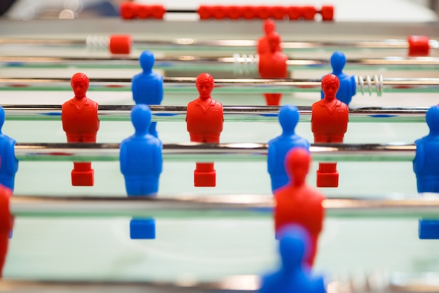 Futebol de mesa de pebolim. esporte de equipe, jogo de jogadores de futebol de mesa.