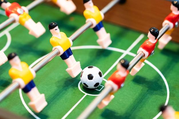 Futebol de mesa de pebolim. jogador de futebol, conceito de esporte