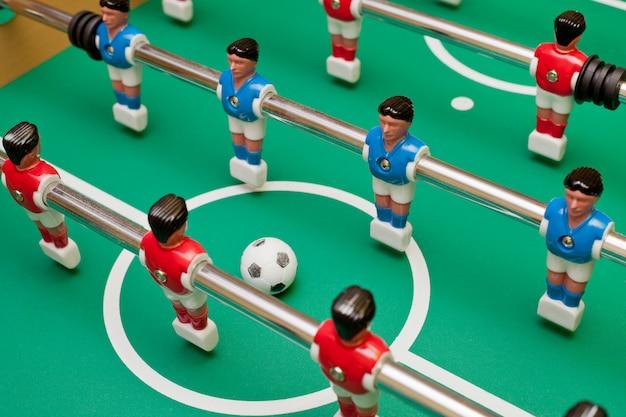 Futebol de mesa, duas equipes vão jogar a bola.