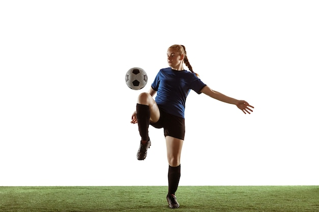 Futebol feminino, jogadora de futebol chutando bola, treinando em ação e movimento