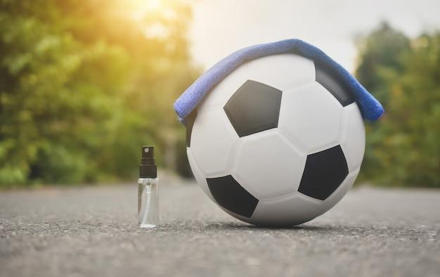 Futebol futebol e spray de álcool para limpeza
