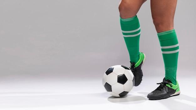 Futebol jogando com bola de futebol