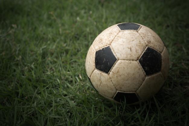 Futebol velho na grama