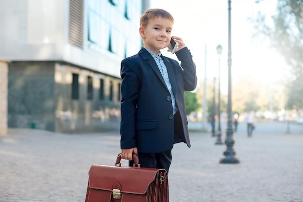 Futuro empresário com maleta e telefone
