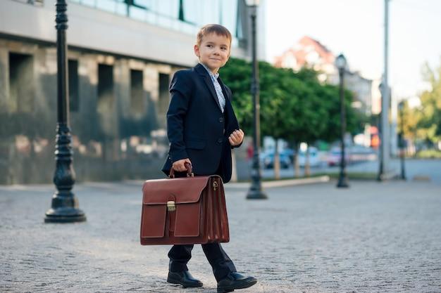 Futuro empresário em traje formal com maleta
