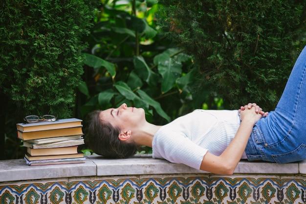 Futuro jornalista sonhando com livros