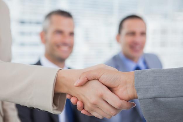 Futuros companheiros de trabalho apertando as mãos