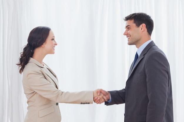 Futuros parceiros apertando as mãos