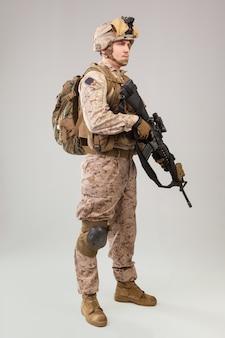 Fuzileiros navais do exército dos estados unidos com espingarda de assalto