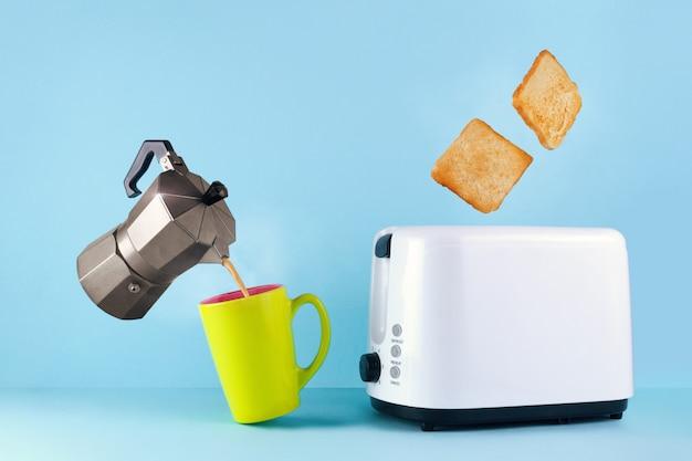 Ga xícara de café quente e fresco, uma cafeteira e pão torrado torrado aparecendo na torradeira,