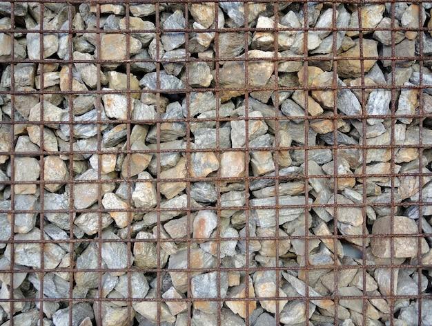 Gabião - pedras em malha de arame.