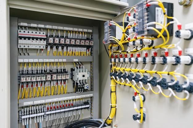 Gabinete do painel de controle elétrico para energia e distribuição de eletricidade.
