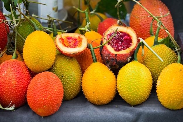 Gac fruit na velha mesa de madeira