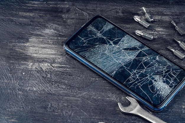 Gadget digital com ferramentas. reparando o conceito de smartphone