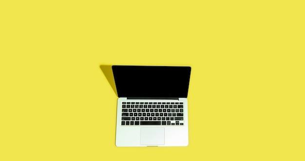 Gadget, dispositivo em vista superior, tela em branco com copyspace, estilo minimalista