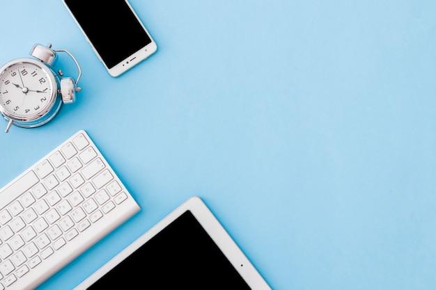 Gadgets e despertador em azul