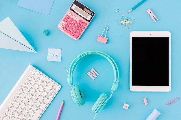 Gadgets em meio a material escolar