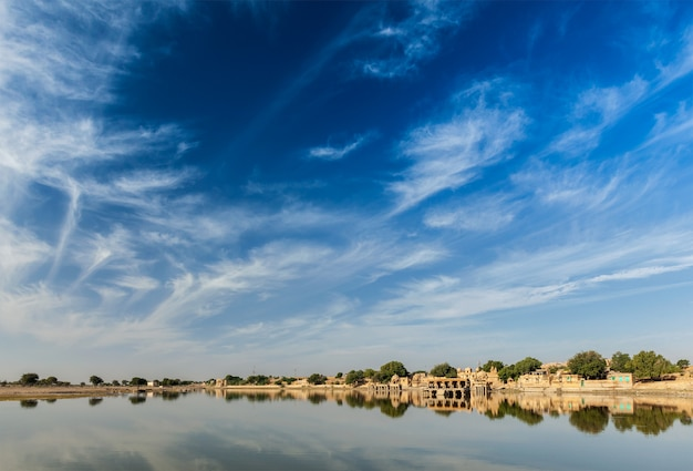 Gadi sagar - lago artificial. jaisalmer, rajasthan, índia