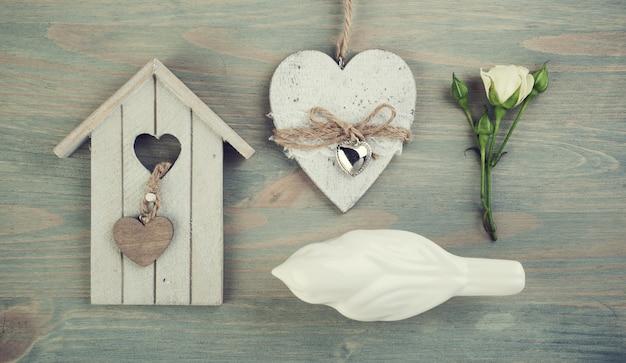 Gaiola de madeira, pássaro, rosa, coração.