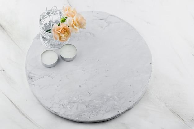 Gaiola decorativa vintage com fundo de mármore de flores