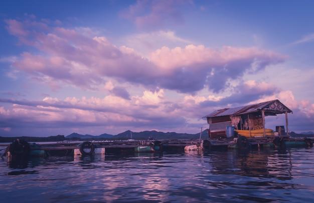 Gaiola piscicultura ao nascer do sol