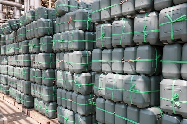 Galão de plástico verde de óleo empilhado