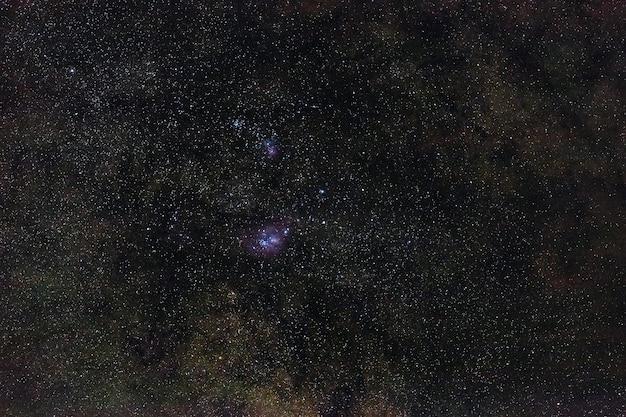 Galáxia a via láctea no céu noturno com estrelas. uma visão do espaço aberto. exposição longa.