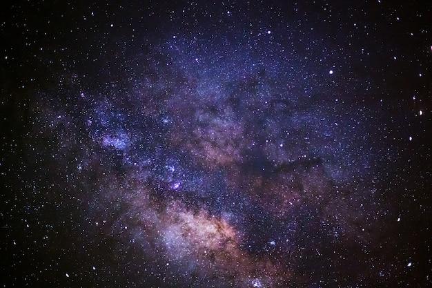 Galáxia da via látea, fotografia longa da exposição, com grão.