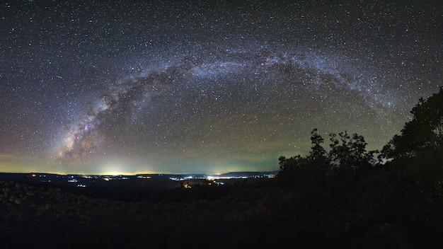 Galáxia via láctea com chão de pedra botão é nome lan hin pum