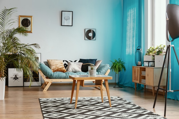 Galeria de pôsteres na parede branca vazia no interior elegante da sala de estar com selva urbana e natural