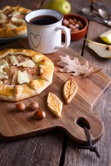 Galette apetitosa com pera e queijo brie