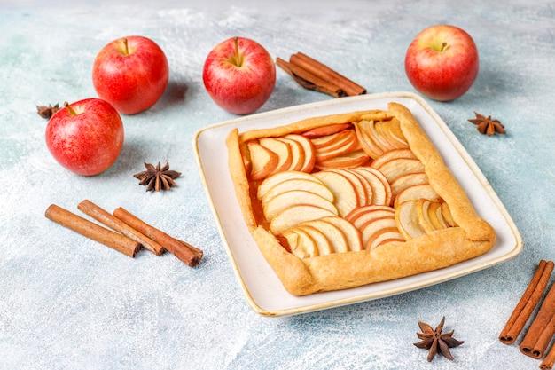 Galette caseira com maçãs e canela.