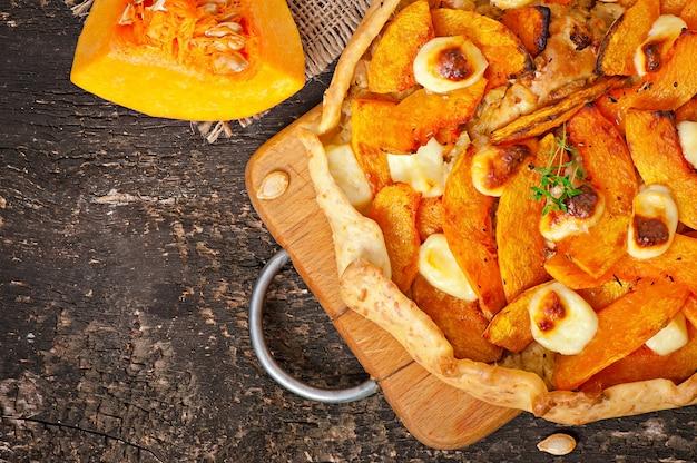 Galette com alho-poró, abóbora e queijo feta