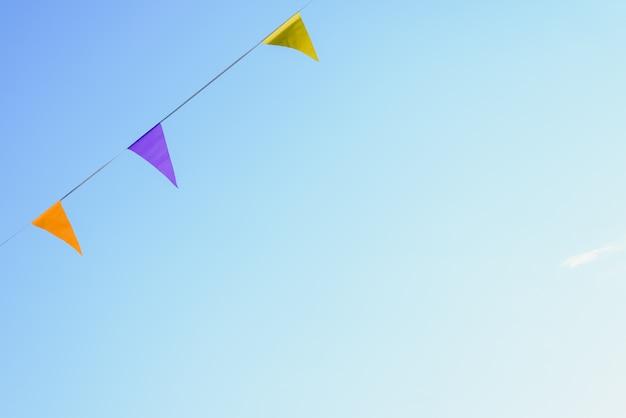 Galhardetes coloridos com fundo do céu para colocar o texto