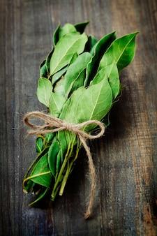 Galho das folhas de louro em uma placa de madeira