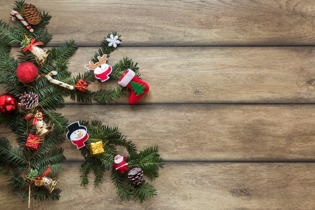 Galho de abeto decorado brinquedos de natal